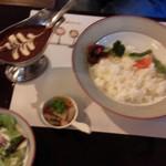 Bisutorofuraipan - ピンぼけしてますが(´`:)カレー サラダ、ピクルス付き