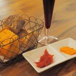 カーサ ウオキン神楽坂 - コペルト(お通し)のパン&トマトのバターとジャム