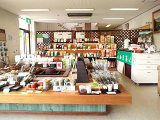 和束茶カフェ - 【和束茶カフェ店内】地元に根ざした豊富な品々を販売