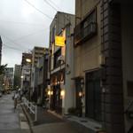 チーズ家 Quelle - 黄色の電灯看板が目印だそうです