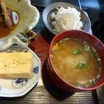 和料理 まつもり - 煮魚膳のみそ汁と小鉢