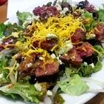 炭火焼ハンバーガー&ステーキ チェリーズ - チェリーズサラダ2号 1000円 チェダー&ブルーチーズとハラミステーキ載せ