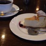 カフェ ビィオット - ブレンドコーヒーとベイクドチーズケーキ
