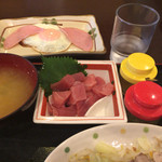 カフェ食堂みどり - ゆで豚とまぐろブツの定食 1,000円 ハムエッグ単品 150円