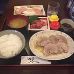 カフェ食堂みどり - ゆで豚とまぐろブツの定食 1,000円 ハムエッグ単品150円