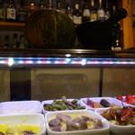 トラットリアバール イルピアット - 前菜がショーケースにずらりと並べられています。