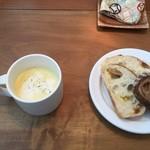 40044943 - コーンの冷静スープとパン