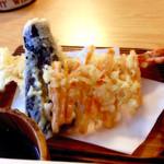 40045889 - 天ざる(1,400円)の天ぷら。大振りの海老1尾は、揚げた後に綺麗に3つに切り分けられていました。茄子・人参共に軽い仕上げで甘みもしっかり。