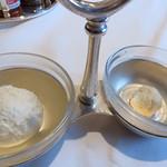 ロウリーズ・ザ・プライムリブ 大阪 - 薬味として、ホースラディッシュペーストをつけて頂きます。                             ひとつはペーストそのものですが、もうひとつはクリームを混ぜ込んでありマイルドです。