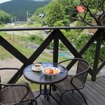 カフェ・レノン - 料理写真:テラス席で食べる風景