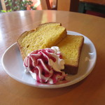 ヒーローズカフェ - ベータカロチンたっぷりのお隣パン工場直送のドナリエラトーストパンのスウィーツ