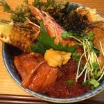40052996 - 油屋天丼1480円ビックリ海鮮丼とのハイブリッド。ご飯が少ないのが良い!