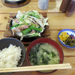40057560 - 親鶏もも焼き鉄板定食 大盛り800円。                       ちなみに普通盛は650円です。                       シャキシャキの野菜もたっぷりなのが嬉しいです。