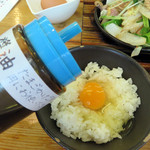 青空食堂 - 定食に生卵が1個ついているので、後半は卵かけご飯で頂きました。 卓上にはちゃんと卵かけご飯用のお醤油もありますよ。