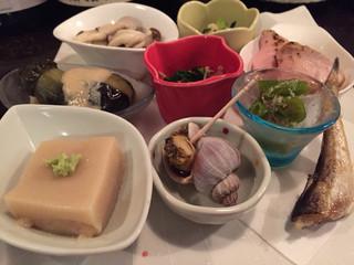 かんだ光壽 - お通し9品。キノコのマリネ、茄子の煮浸し、胡麻豆腐、ツブ貝、などなど、日本酒のための品々。美味でございます!