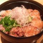 味処 藤の坊 - 刺身丼は鯛、炙りサーモン、ネギトロに胡麻ダレ