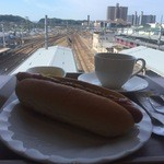 カフェテラス - 窓際席からは駅と線路が見えます
