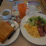 ガスト - 料理写真:スクランブルエッグ&ベーコンソーセージセット¥538