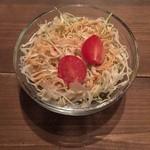 スープカリーバグース - サラダは酸味のある胡麻ドレッシングです。