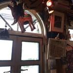 やさい食堂 堀江座 - 窓の周囲、いろんな物がぶら下がっています