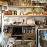 やさい食堂 堀江座 - 壁には、CDやレコードが
