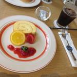 カフェ ザ 香乃珈 - 二人ともかのかロール(500円+税)とアイスコーヒー(500円+税)を頼みました。