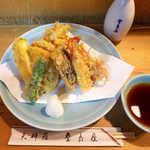 登良屋 - 天ぷら一人前盛りに、車えび・ズッキーニを追加。天つゆは甘辛くて濃口