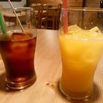 成木カフェ - アイスコーヒーとオレンジジュース
