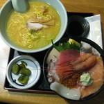 40082845 - 本日の海鮮丼(味噌ラーメン付き)