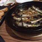 40084456 - うるめいわしのオイルサーディン。ぐつぐつアヒージョ感と添えられたバゲットの旨味は逃さないぞ感が丸。魚の頭の渋みが日本酒に合う感じでした。