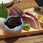 40084458 - 刺し盛り色々その二。後半部分、鯖寿司まであるのに感心しました。