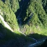 40084789 - 黒部ダム展望台屋上小屋売店から黒部川を望む。