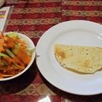 サンティ - タンドーリセットのサラダとパパド (^^