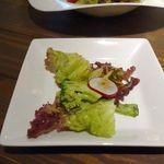 LAZOS - 湘南野菜のサラダは野菜自体も美味しく、ドレッシングにもしっかりとアンチョビの旨味が効いて味は申し分ありませんが、もう少し野菜のボリュームがほしい所であります。