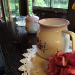 櫻山 - 店内…imane(イマン)製の食器がディスプレーされています