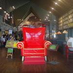 ラッキーピエロ - 店内には大きな椅子が…