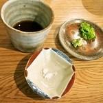 自家製粉石臼挽きうどん 青空blue - うどんは、「塩」と「つけ汁」で食べる
