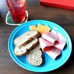 セドミクラースキー - 20150720 ライ麦パンとハムとチーズ