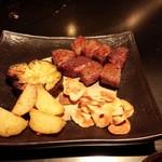六本木モンシェルトントン - 鉄板焼として調理した岩手県産の特撰牛トップサーロイン、新じゃがいも、茄子、ニンニクのスライスです。