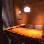 個室居酒屋 番屋 - 古木の一枚板を使用したテーブル席