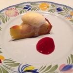 ベルソー - 料理写真:デザートその2。リンゴタルトに伊吹牛乳のアイス、ワインジャム添え。さっぱりとしたアイスとワインジャムがマッチ、タルトも硬過ぎず好みの具合でした。