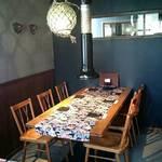 琉球焼肉なかま - 古民家調の店内(6名テーブル席)