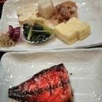 魚忠 - 日替り定食の鯖の味醂干し&だし巻き卵&里芋の煮付け&蓮根金平&小松菜とおアゲの煮浸し&ヒロウス&山椒ジャコ&柴漬け