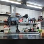 魚忠 - カウンター越しのキッチン
