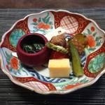 赤坂 あそび亭 - 左は胡瓜と若布の酢味噌和え、真ん中は 上から しんじょう 鶏肉 苦瓜 トマト 厚焼き玉子 右は 上から 南瓜 松笠イカ おくら