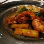 中国料理 「チャイナブルー」 - 海老とアスパラガスの黒胡椒ソース炒め 蟹肉のかき揚げと共に