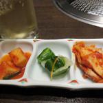 米沢牛焼肉 仔虎 仙台駅前店 - 昼会席3,100円。キムチ3品盛り。                             カクテキ(大根)・オイキムチ(胡瓜)・キムチ(白菜)です。
