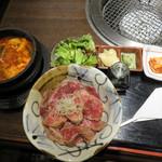 米沢牛焼肉 仔虎 仙台駅前店 - キムチ・スープ・サラダ付です。添えられた醤油・ワサビ漬けのようなもの・甘酢しょうがと一緒に頂きます。