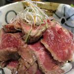 米沢牛焼肉 仔虎 仙台駅前店 - 和風ローストビーフ丼1,480円。ローストビーフと聞かなかったら、上等な牛のたたきかなーという感じがします。和風の味わいだから、ご飯に合います!
