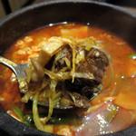 米沢牛焼肉 仔虎 仙台駅前店 - 和風ローストビーフ丼のワカメスープを+330円でグレードアップして、                             カルビスープにしました。辛さは激辛モード。